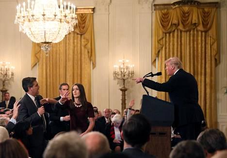 Valkoisen talon väitetään levittäneen peukaloitua videota CNN:n toimittaja Jim Acostan ja Valkoisen talon harjoittelijan yhteenotosta.