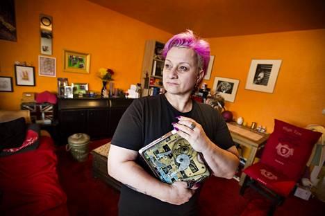 Marion Wolpert määrittelee työtä tekeväksi köyhäksi, sillä hän ei elä päätyönsä kuukausipalkalla. Muutaman kuukauden ajan hän teki kolmea työtä, mutta se kävi liian raskaaksi. Nyt töitä on kaksi, vakiotyö emolevytehtaassa ja lisätyö jalkapallostadionilla.