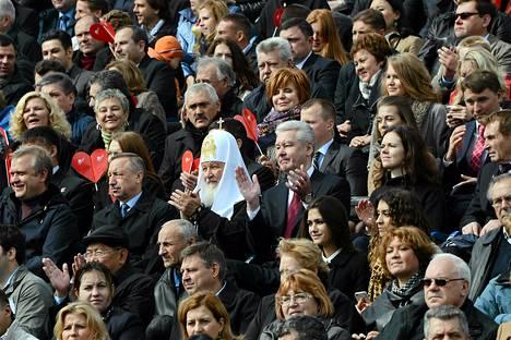 Moskovan nykyinen pormestari Sergei Sobjanin patriarkka Kirillin oikealla puolella Moskovan Punaisella torilla. Sobjanin odotetaan tänään voittavan kaupungin pormestarinvaalit.