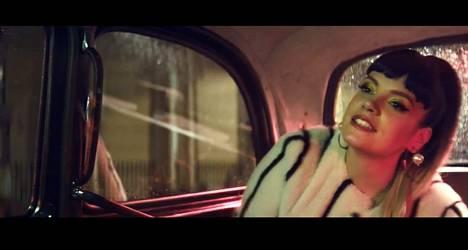 Suurin osa Lily Allenin uudesta musiikkivideosta tapahtuu taksissa kahden muun Lily Allenin kanssa. Kuvankaappaus videolta.