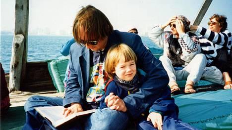 Isä, poika ja kirja vuonna 1994.