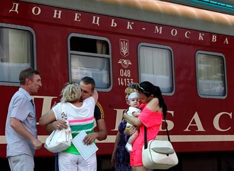 Moskovan-junaan lähtijät hyvästelivät saattajiaan Donetskin rautatieasemalla.