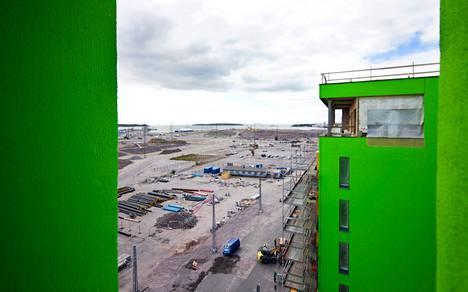 Ensimmäiset asukkaat muuttivat Saukonpaateen toista kuukautta sitten. Seuraavaksi valmistuu värikkäiden kerrostalojen rivi syyskuussa.