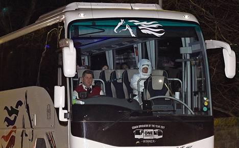 Kiinasta evakuoituja brittejä kuljettaneen bussin kuljettaja oli pukeutunut normaaliin työasuun bussin saapuessa Liverpoolin lähellä sijaitsevaan Arrowe Parkin sairaalaan perjantaina. Vieressä istuva terveysviranomainen sen sijaan oli pukeutunut suoja-asuun.