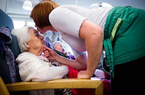 Piia Martikainen antaa suukon iltapäivätorkkuja kaipaavalle Olga Sjomikille.