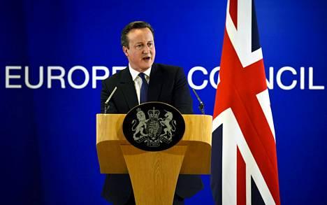 Britannian pääministeri David Cameron puhui toimittajille EU-maiden johtajien tapaamisen jälkeen Brysselissä helmikuussa. Cameron haluaisi pitää Britannian EU:ssa, mutta on helisemässä kantansa kanssa jopa omassa hallituksessaan.