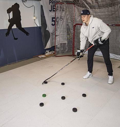 Kuparin perheen autotalli on valjastettu jääkiekkoilulle.