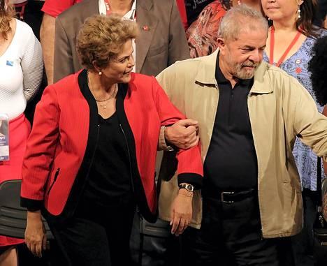 Brasilian presidentti Dilma Rousseff (vas.) ja hänen edeltäjänsä Luiz Inácio Lula da Silva ammattiliittojen kattojärjestön CUTin tilaisuudessa lokakuussa São Paulossa.