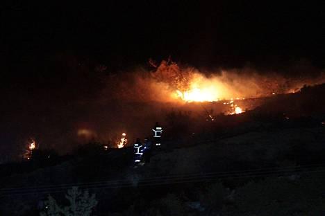 Ohjus räjähti Kyproksen pääkaupunki Nikosian läheisessä vuoristossa, kertovat uutistoimistot AFP ja Reuters.Sen ääni kuului Reutersin mukaan kilometrien päähän, ja räjähdyksen johdosta syttyi vuorella myös tulipalo.