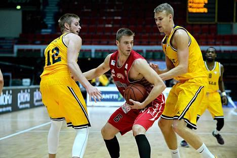 Bisonsin Matti Nuutinen (kesk.) sekä Seagullsin Justin Stommes (vas.) ja Carl Lindbom vauhdissa.