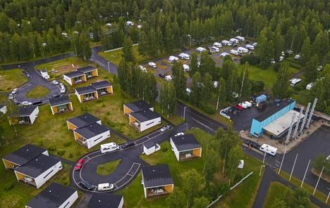 Nallikarin leirintäalue Oulussa on varattu heinäkuussa lähes loppuun. Monella leirintäalueella alkukesä on ylittänyt odotukset. Kesäkuussa sää suosi karavaanareita ja telttailijoita.