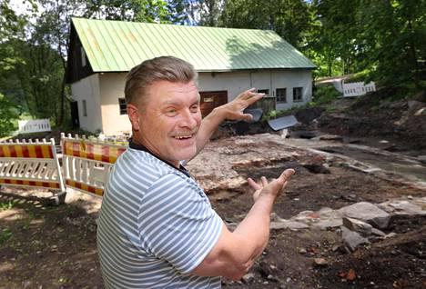 Yrittäjä Timo Kauppinen toivoo, että vuonna 2022 Vantaankosken rannalle nousee kauan kaivattu majoituspaikka. Kauppisen käsien kohdalle tulee parkkipaikka.