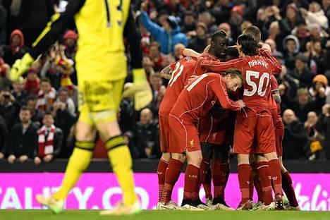 Liverpoolin pelaajat juhlivat Raheem Sterlingin tekemään 1–1-tasoitusmaalia.