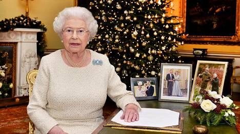 Kuningatar Elisabet työpöytänsä ääressä Buckinghamin palatsissa joulukuussa 2015 joulupuheensa äänittämisen jälkeen. Kuva julkistettiin joulupuhelähetyksen jälkeen ensimmäisenä joulupäivänä 2015. Kuningatar on pitänyt perinteisen joulupuheen vuodesta 1952 lähtien. Taukoa on tullut vain yhtenä jouluna.