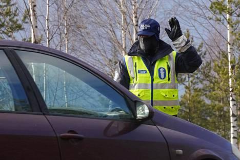 Huhtikuussa 2020 poliisit tarkastivat Uudeltamaalta tulevaa liikennettä Hyvinkäällä Sahanmäen liittymässä.