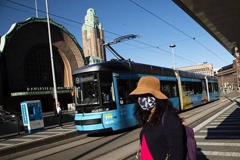 Helsingin keskusta kuuluu HSL:n nelikirjaimisessa ABCD-vyöhykejaossa A-vyöhykkeeseen. Raitiolinja 9:n vaunu pysähtyi Kaivokadun pysäkillä elokuussa.
