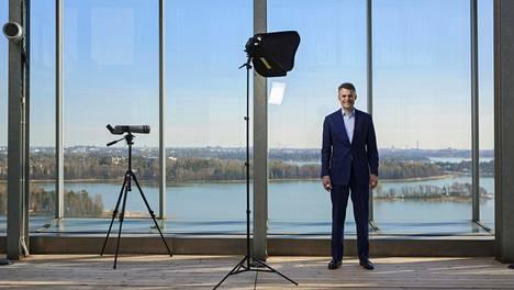 Jos haluamme kasvua, Suomea on välttämättä muutettava kaupunkikeskeisemmäksi, Koneen toimitusjohtaja Henrik Ehrnrooth sanoo Kone Buildingissa, Keilaniemessä HS:n Suomi sadan vuoden päästä -haastattelusarjassa.