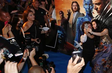 X-men -näyttelijät Peter Dinklage ja Fan Bingbing ottivat selfien Days of Future Past -elokuvan Kaakkois-Aasian-ensi-illassa vuonna 2014.