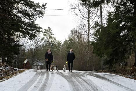 """Katja Nikkari ja hänen veljensä Petteri Heiskanen ovat syntyneet Helsingissä, mutta muuttaneet alle kouluikäisinä Espooseen. Finnsinmäellä Espoonkartanossa he ovat asuneet jo kolmisenkymmentä vuotta. """"Tämä on minun silmissäni sitä aidointa Espoota"""", Katja Nikkari sanoo."""