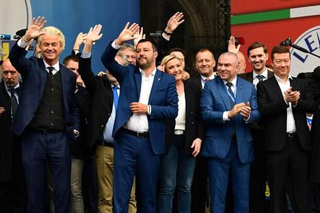 Nationalistipuolueiden johtajat kohtasivat viikonloppuna Milanossa. Kuvassa hollantilainen Geert Wilders, italialainen Matteo Salvini, ranskalainen Marine Le Pen, bulgarialainen Veselin Mareshki, virolainen Jaak Madison ja tšekkiläinen Tomio Okamura.