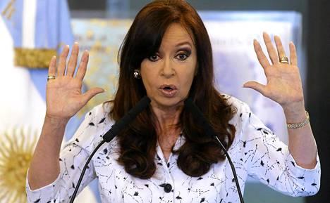 Argentiinan presidentti Cristina Fernandez de Kirchner puhui pitkän tauon jälkeen julkisuudessa keskiviikkona Buenos Airesissa.