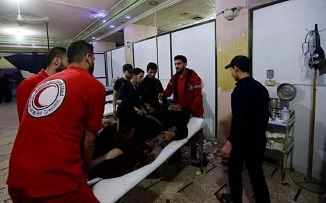 Syyrialaista potilasta hoidettiin väliaikaisessa sairaalassa Dumassa maanantaina.