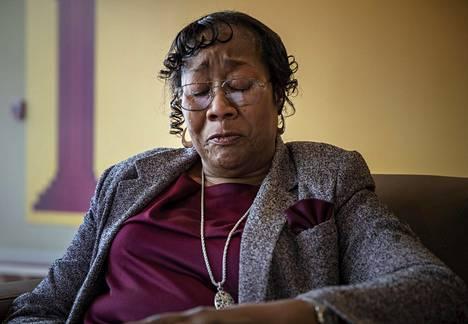 Yhdysvaltalaiset lääkärit jättivät vuosina 1932–1972 syfilistä sairastavat mustat miehet hoitamatta, koska halusivat nähdä, miten sairaus kehittyy. Miehille ei kokeesta kerrottu. Hoidon epääminen ja sairauden salaaminen saa sairaanhoitajana työskennelleen Amy Packin yhä kyyneliin.
