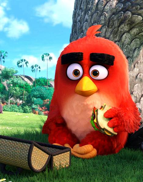 Angry Birds -elokuvan lintuhahmo nauttii lounasta puistossa.