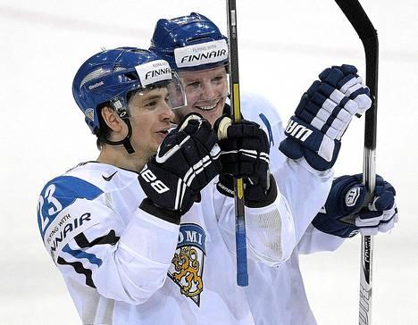 Petri Kontiola (oik)  ja Sakari Salminen juhlivat voittoa pelin jälkeen.