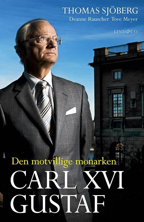 Vuonna 2010 ilmestynyt kirja Den motvillige monarken (Vastentahtoinen monarkki) herätti Ruotsissa suuren hälyn väittäessään, että kuningas oli laittomien ja rikollisten pyörittämien pornoklubien asiakas.
