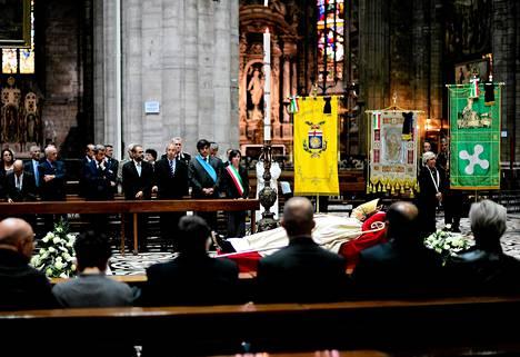 Tuhannet milanolaiset saapuivat lauantaina jättämään jäähyväiset kardinaali Carlo Maria Martinille. Perjantaina kuollut Martini haudataan maanantaina.