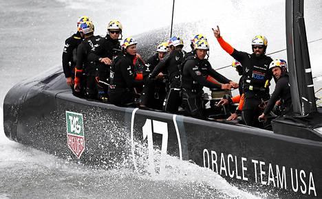 Yhdysvaltoja edustava Team Oracle sinnittelee sitkeästi mukana taistelussa Americas cupin voitosta.