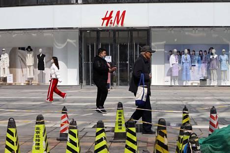Kiina on alkanut painostaa länsimaisia tavaramerkkejä, kuten ruotsalaista muotijättiä H&M:ia Xinjiangin tilanteen kritisoinnista.