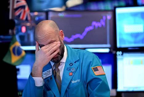 New Yorkin pörssin meklari pyyhki silmiään pörssin sulkeutuessa 7. helmikuuuta.