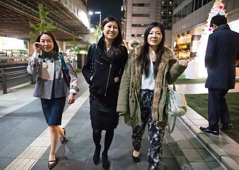 Mimi Matsuda (vas.), Aki Noguchi ja Kayo Iwashita olivat lähdössä viettämään klubi-iltaa Tokiossa.