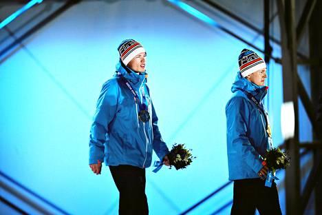 Iivo Niskanen (vasemmalla) ja Sami Jauhojärvi pitivät tunteensa kurissa palkintojenjaossa.