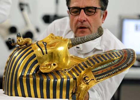 Saksalainen konservaattori Christian Eckmann entisöi kuningas Tutankhamonin kultaista naamiota Kairon egyptiläisessä museossa.