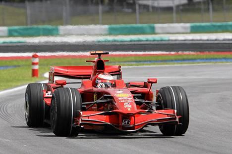 Kimi Räikkönen ajoi Ferrarilla Sepangin radalla vuonna 2008.