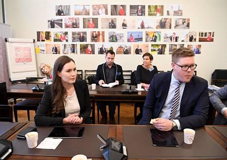 Sdp:n varapuheenjohtaja Sanna Marin oli välikysymyksen ensimmäinen allekirjoittaja. Eduskuntaryhmän puheenjohtaja Antti Lindtman hänen kanssa puolueen ryhmähuoneessa eduskunnassa.