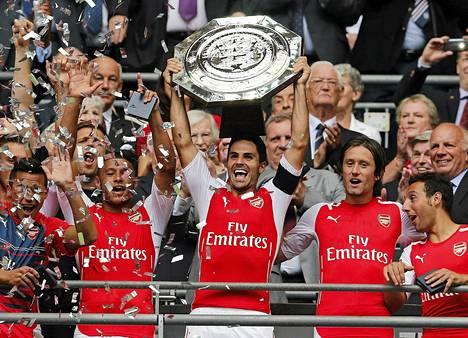 Arsenalin kapteeniksi nimetty espanjalainen Mikel Arteta nostelee Community Shield -ottelun voittopalkintoa.