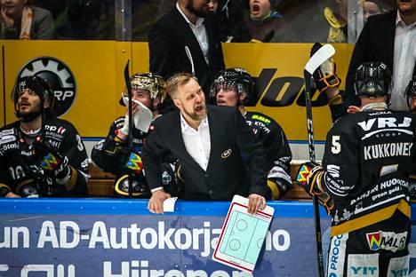 Mikko Manner Kärrpien vaihtoaitiossa pudotuspelissä Tapparaa vastaan kaudella 2017-2018.