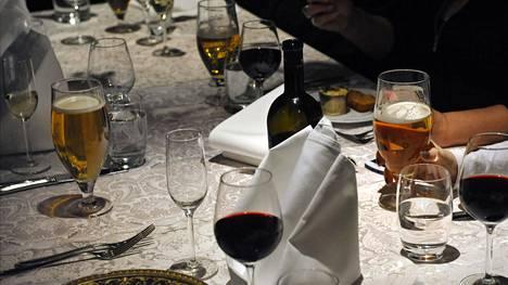 Syöminen yhdessä ei ole erityinen riski. Jos ravintolassa aikoo istua sisällä, on turvaväleillä ja ravintolassa vietetyllä ajalla merkitystä.