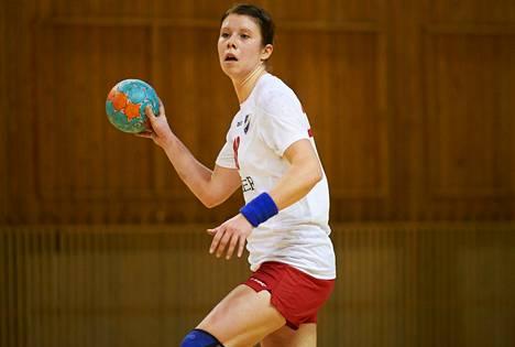 HIFK:n kapteeni ja maajoukkuepelaaja Linda Cainberg tykittää maaleja käsipallon SM-sarjassa. Siviiliammatiltaan hän on liikunnanopettaja.