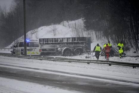 Onnettomuuspaikka on Martinlaakson liittymästä noin 300 metriä Helsinkiin päin.