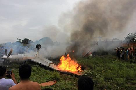 Aerocon-yhtiön pieni potkuturpiinimoottorikone putosi maahan yrittäessään laskeutua rankkasateessa.