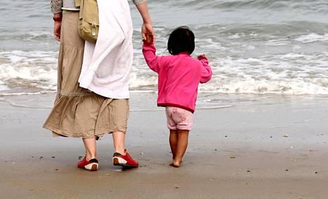 Äiti ja muu suku kaipaavat usein tietoja kansainväliseen adoptioon annetusta lapsesta.