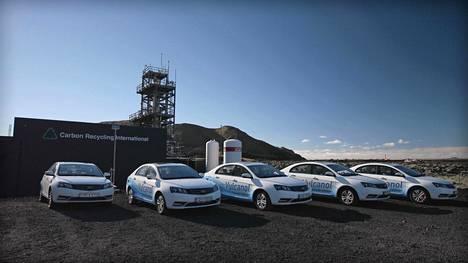 Islantilainen Carbon Recycling International tuottaa sähköllä ja hiilidioksidilla synteettistä metanolia Svartsengissa sijaitsevassa laitoksessaan. Kuvassa kiinalaisen Geelyn valmistamia autoja yhtiön tuotantolaitoksen edessä. Kyseiset autot voivat käyttää metanolia tai tavallista polttoainetta.