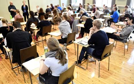 Kokelaat valmistautuivat ylioppilaskirjoituksiin Ressun lukiossa Helsingissä maaliskuussa 2017.
