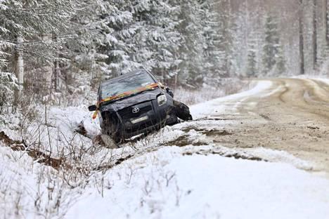 Auto kävi katollaan Säyneisissä Pohjois-Savossa. Kuva perjantaiaamulta.