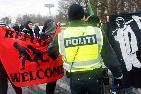 Poliisi yritti pitää maahanmuuttoa vastustavia ja kannattavia mielenosoittajia erossa toisistaan Tanskan ja Saksan rajalla tammikuun 9. päivänä.